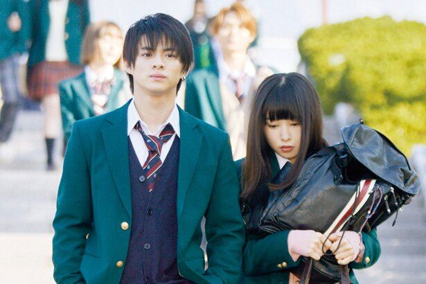 【写真を見る】恋心をこじらせる凛(平野紫耀)は、自分のカバンを優羽(桜井日奈子)に持たせて登校するのが日課