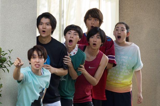 主人公の後輩・修を演じた西銘駿(写真一番左)