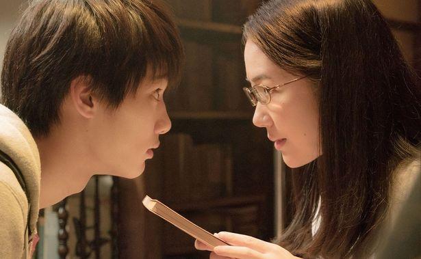 野村周平演じる大輔は黒木華演じる栞子に淡い恋心