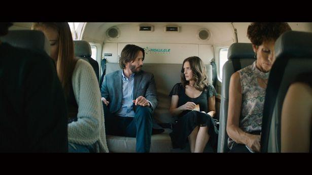 空港の搭乗口で最悪な出会いをしたフランクとリンジー。飛行機の席はまさかの隣同士に