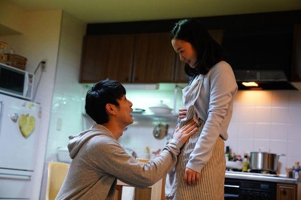 我が子の妊娠によろこぶ秀樹(妻夫木聡)と香奈(黒木華)