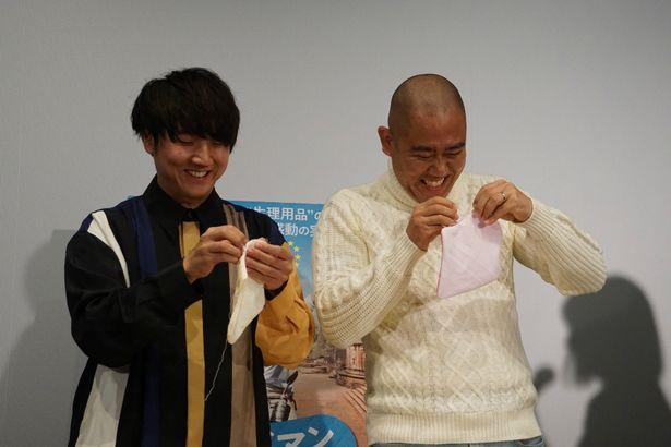 【写真を見る】コロチキがナプキンの手作りに挑戦で悪戦苦闘!?