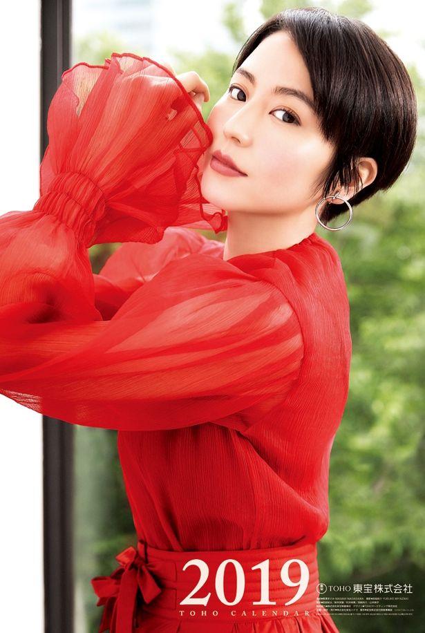 真っ赤な衣装の身を包んだ長澤まさみが鮮烈な印象を与える「2019年 東宝カレンダー」