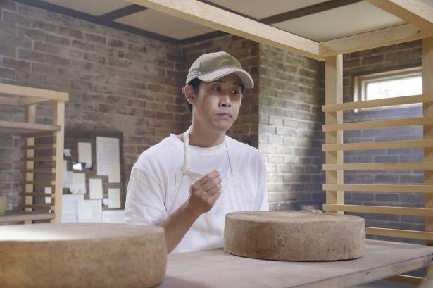 大泉洋は、チーズ作りに情熱を燃やす酪農家の主人公を演じる