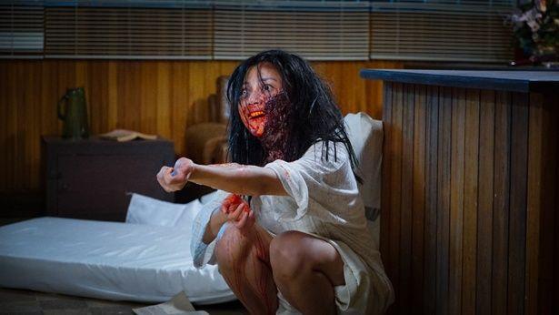 【写真を見る】血まみれ!怖すぎ!ぶっ飛びまくりの人肉ムービー(『ザ・スリープ・カース』)
