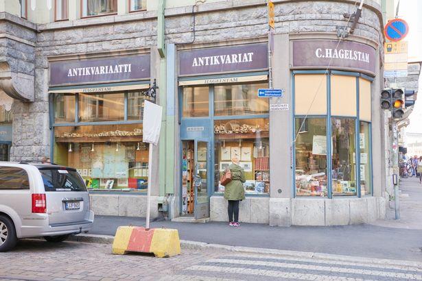 【写真を見る】たたずまいがステキな古書店(C. Hagelstam Antikvariaatti)。前編でもデートスポットをチェック!