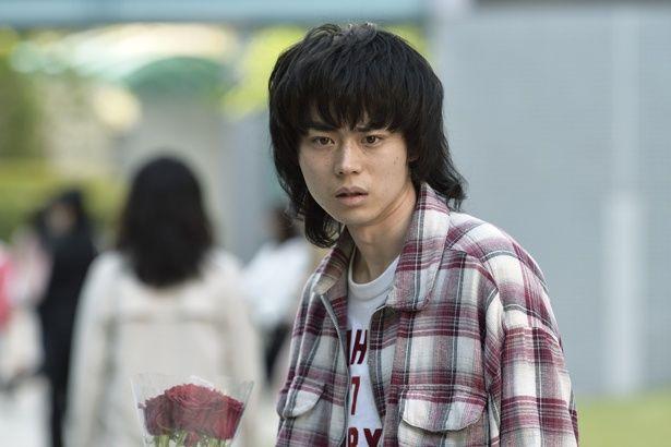 菅田将暉は、天真爛漫で人懐こい真柴祐太郎を演じる