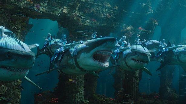 サメやワニのような生物が登場する海洋バトルにも注目!(『アクアマン』)