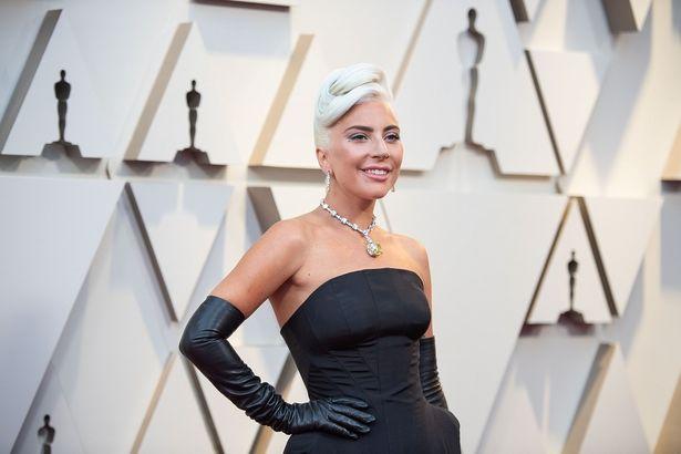レディー・ガガはシックな黒のドレスで登場。輝くジュエリーはティファニーのもの
