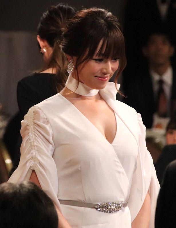 【写真を見る】深田恭子の美バストにドキッ!【画像33点】