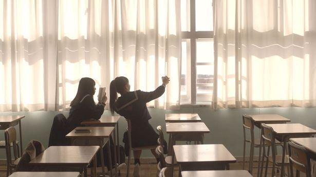 明るくてクラスの中心的な存在の少女といつも1人で読書をしている少女。一見、正反対な2人の関係を描く『Episode1 17歳と17歳』