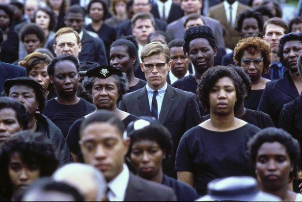 当たり前のようにはびこる人種差別を描いている(『ミシシッピー・バーニング』)