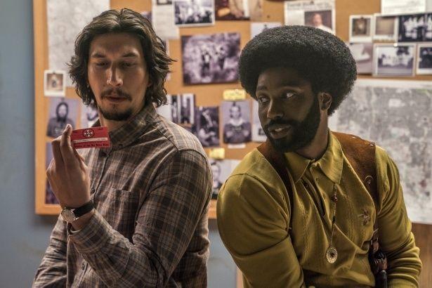 黒人刑事と白人刑事が2人で一人の人物を演じ、潜入捜査を進めていく(『ブラック・クランズマン』)