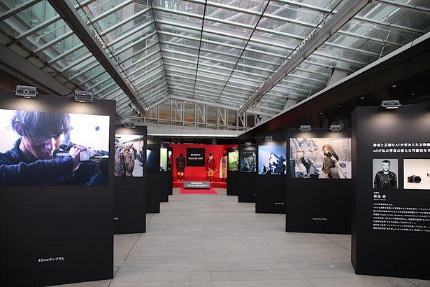 六本木ヒルズ大屋根プラザで映画『キングダム』写真展「shot on α(ショット オン アルファ)」が開催