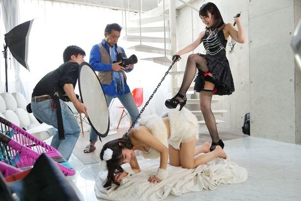 ハルカはファッションモデルなのにこんな仕事もさせられて…(『こえをきかせて』)