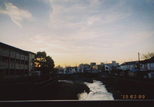 暮れゆく空が印象的な風景写真