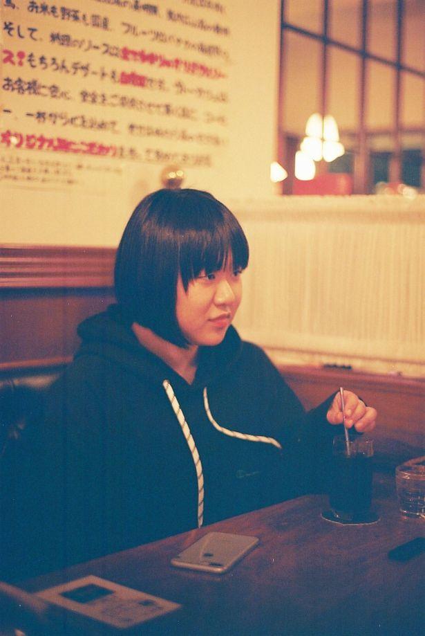 1998年生まれの写真家、石田真澄。松本監督と同学年