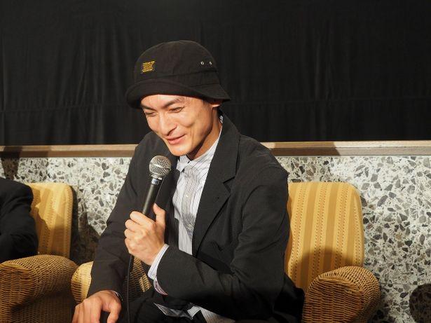 【写真を見る】中島監督に褒められ、照れながらはにかむ高良健吾