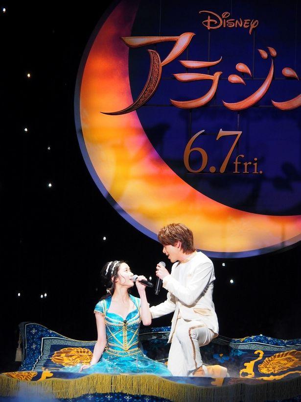 【写真を見る】見つめ合い歌唱する中村倫也と木下晴香…なんともロマンチック!<写真19点>