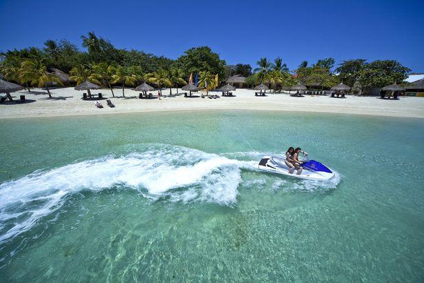 松田るかが宿泊し、撮影も行われたホテルのひとつ「ブルーウォーター・マリバゴ・ビーチ・リゾート」。宿泊者専用のプライベートビーチがステキ!