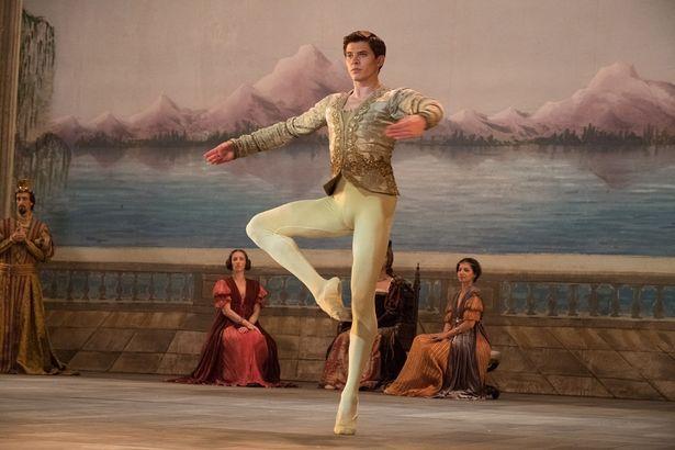 ウクライナ出身のダンサー、オレグ・イヴェンコを主演に迎えた華麗なバレエ・シーンも見どころ(『ホワイト・クロウ 伝説のダンサー』)