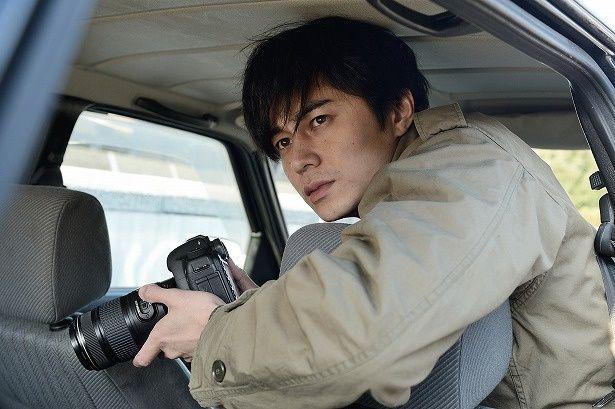幼いころに姉を殺された元警察官の探偵、佐伯修一(東出昌大)