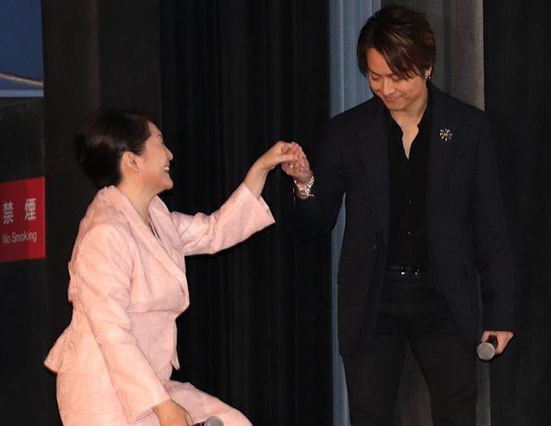 【写真を見る】TAKAHIRO、王子様のように松坂慶子の手を取ってエスコート!