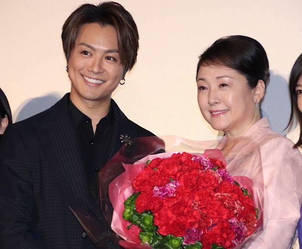 TAKAHIROからの花束プレゼントに松坂慶子もびっくり!