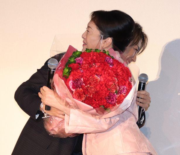 TAKAHIROと松坂慶子が熱い抱擁を交わした