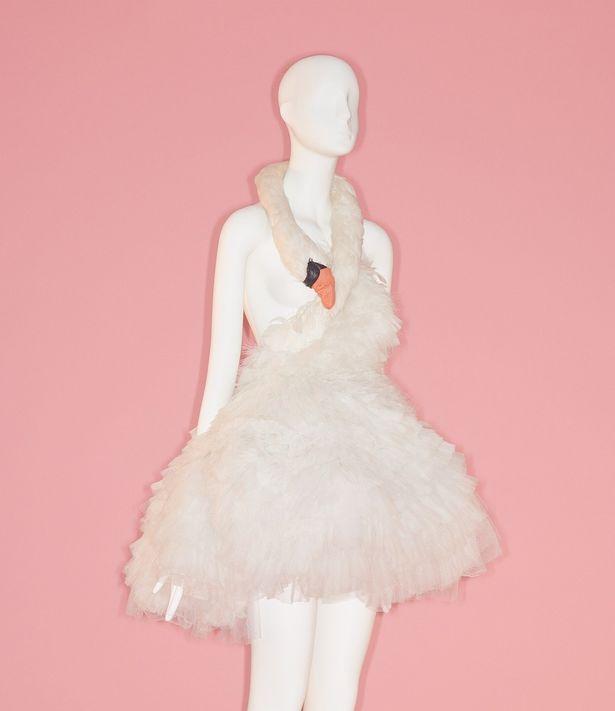 ビョークがアカデミー賞レッドカーペットで着たドレス(2000-2001 fall/winter)はマラヤン・ペジョスキーのもの