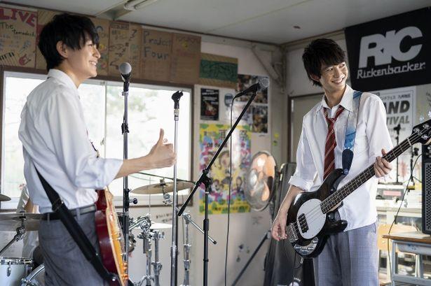 眞栄田は、猛練習を重ねたギターの腕前を披露している