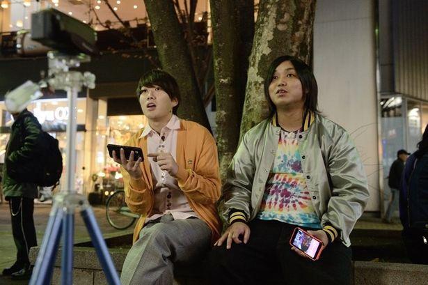 【写真を見る】撮影中もリラックスした様子を見せる水溜りボンドのカンタとトミー