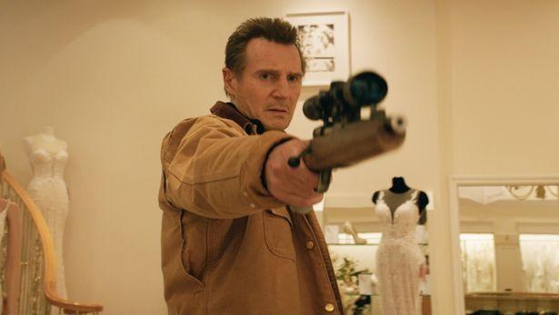 バレルとストックを削った銃など、犯罪小説の知識を武器に戦う