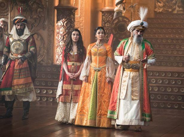 王室の豪華さを表現した衣装は見もの!