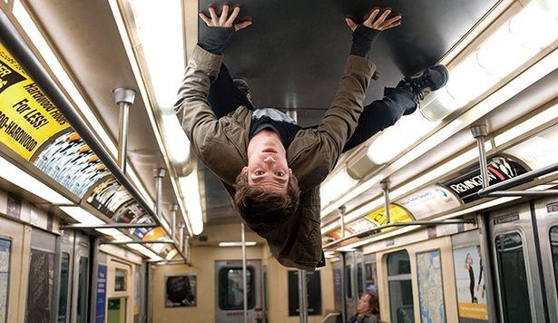 『アメイジング・スパイダーマン』では車両の天井にも ピタッと!