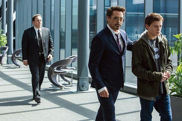 トニー・スターク(ロバート・ダウニーJr,)とその部下ハッピー(ジョン・ファヴロー)がピーターのヒーロー活動を助ける『スパイダーマン・ホームカミング』