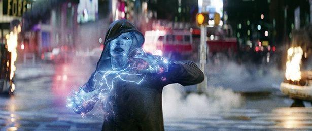 冴えない技師マックス(ジェイミー・フォックス)が電気人間エレクトロに!