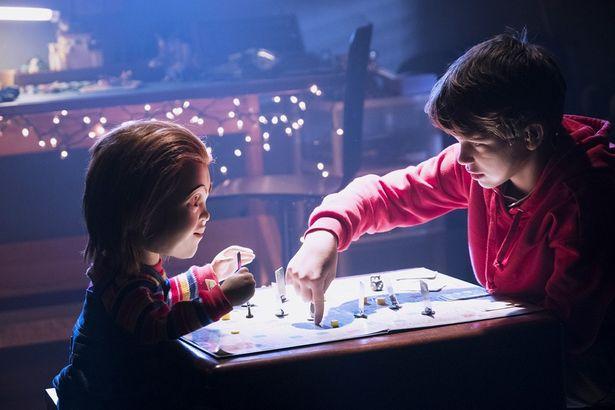 """友だちのいない少年、アンディは""""バディ人形""""という最新ロボットに""""チャッキー""""と名づけるが…(『チャイルド・プレイ』)"""
