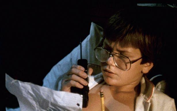 トランシーバーで宇宙と交信しようとするリヴァー・フェニックス演じるウォルフガング