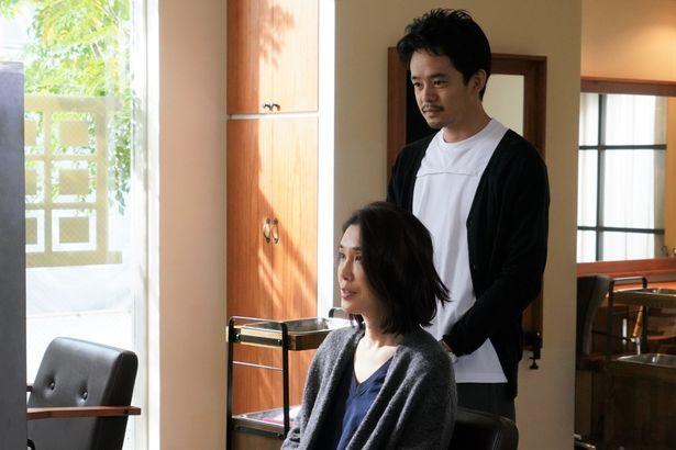 """市子は、""""リサ""""と名乗り、基子の恋人で美容師の和道に接近する"""