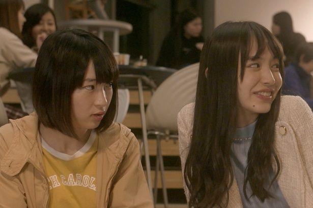 大学の同級生役の石川瑠華と井桁弘恵
