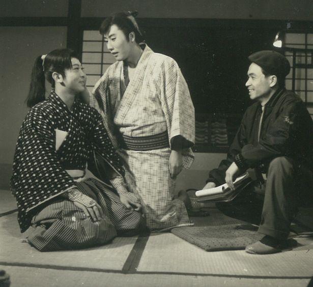 【写真を見る】伝説の名優・市川雷蔵が撮影の合間に見せた貴重な笑顔!蔵出しオフショット写真が到着