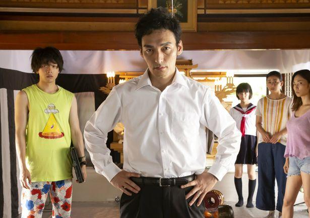 草なぎ剛主演『台風家族』の場面写真が一挙に到着!