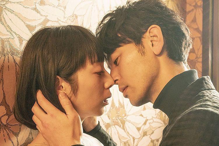 ベッド シーン 佐藤健 佐藤健:上白石萌音を優しくベッドに… 「恋つづ」キスシーンに視聴者興奮