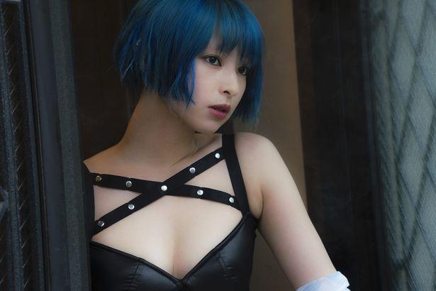【写真を見る】妙子を演じる日南響子が、大胆衣装で素肌を見せる