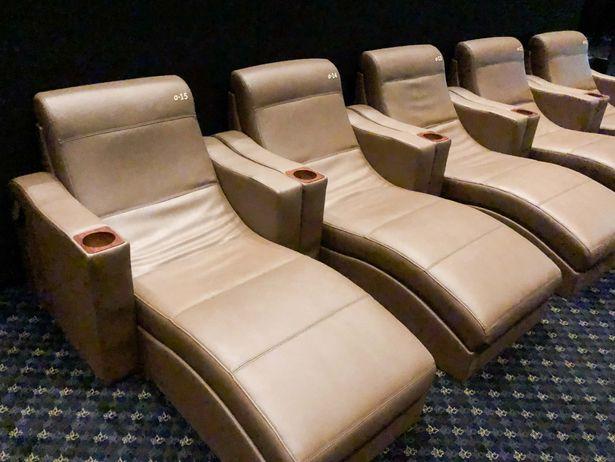 劇場最前列には視界のすべてがスクリーンになるフラットシートが!