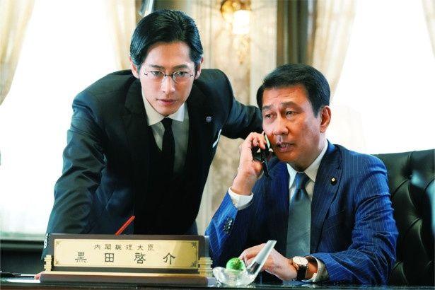 記憶喪失に陥る内閣総理大臣、黒田啓介(中井貴一)と有能な秘書官、井坂(ディーン・フジオカ)