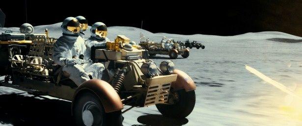月でド迫力のバトルアクションが展開される