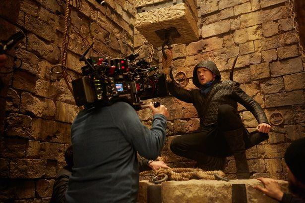 """【写真を見る】タロン・エガートンが新生""""ロビン・フッド""""に!アクションシーンは必見!"""