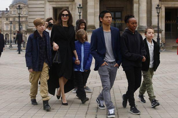 【写真を見る】6人の子どもたちと外出するアンジー。カンボジアから迎えた養子・マドックスくんをはじめ、養子3人、実子3人